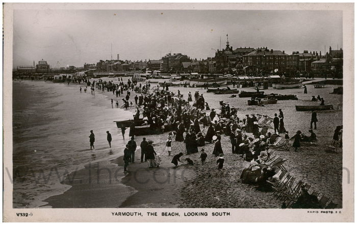 Postcard front: Yarmouth, The Beach, Looking South.
