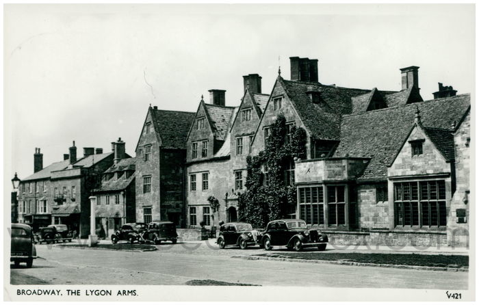 Postcard front: Broadway, The Lygon Arms.