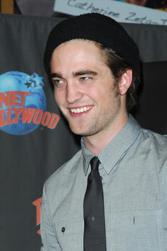 Pattinson_appearances_planethollywoodhandprint08_07