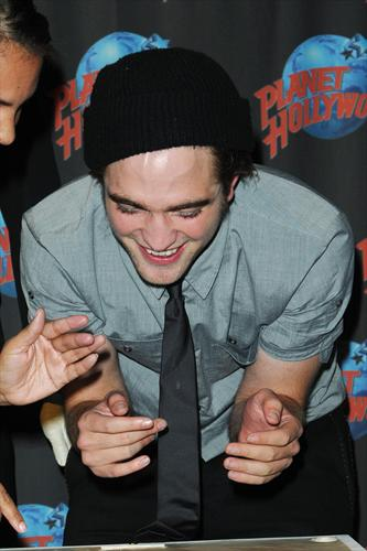 Pattinson_appearances_planethollywoodhandprint08_13