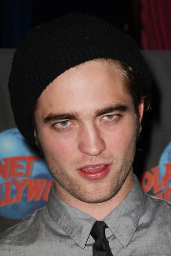 Pattinson_appearances_planethollywoodhandprint08_72