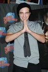Thumb_pattinson_appearances_planethollywoodhandprint08_10