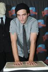 Thumb_pattinson_appearances_planethollywoodhandprint08_14