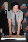 Thumb_pattinson_appearances_planethollywoodhandprint08_33