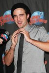 Thumb_pattinson_appearances_planethollywoodhandprint08_36