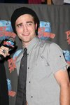 Thumb_pattinson_appearances_planethollywoodhandprint08_59