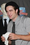 Thumb_pattinson_appearances_planethollywoodhandprint08_66