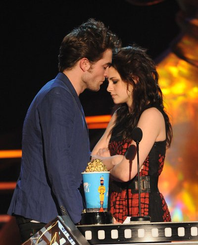 Normal_pattinson_appearances_mtvmovieawards09_010
