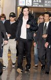 Thumb_pattinson_appearances_naritaairportjapan_01