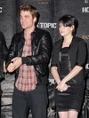 Thumb_pattinson_appearances_newmooncasttourhollywood_001