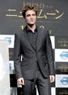 Thumb_pattinson_appearances_newmeenpressconferencetokyo09_01