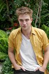 Thumb_pattinson_appearances_eclipsepressconf_01