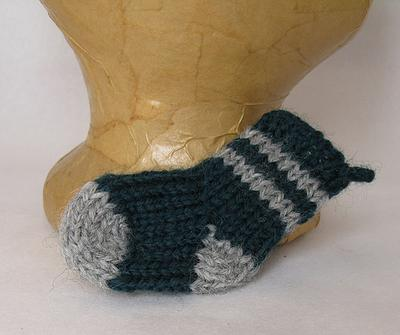 Normal_knitting_muggledevices_ornaments_minislytherinstocking_djinnj