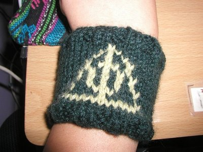 Normal_knitting_mugglewear_wristband_deathlyhallowswristband_gini