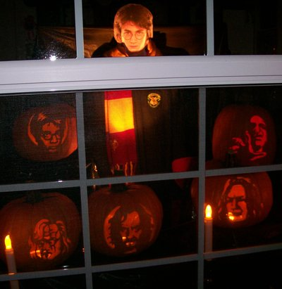 Normal_potterparties_decorations_halloweenwindow_artisticmom