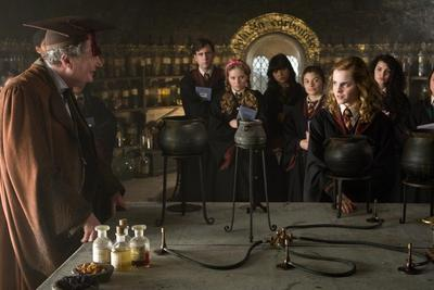 Normal_movies_officialhalfbloodprince_slughornspotionsclass_005