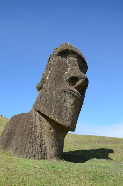 Moaï semi-enterré sur le volcan Rano Raraku
