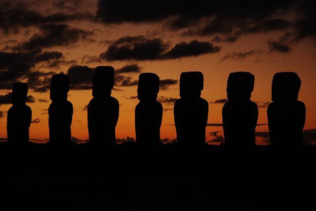 Ahu Tongariki au lever du soleil