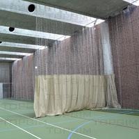 Cortina divisória mista em lona e rede para pavilhão desportivo