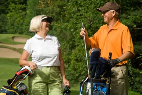 couple-jouer-au-golf-terrain-mauricie