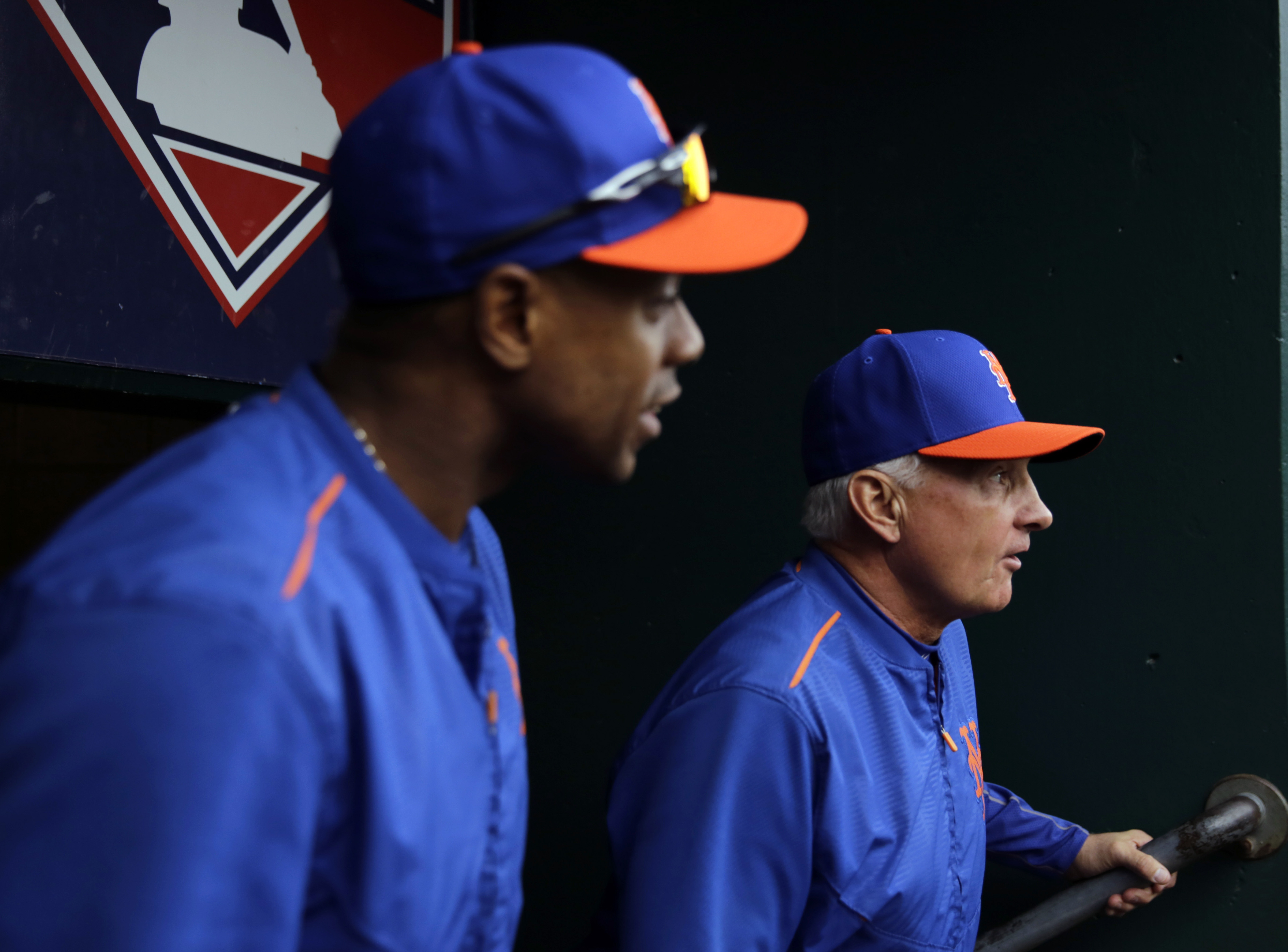 New York Mets manager Terry Collins and Curtis Granderson make their way to batting practice for the Major League Baseball World Series against the Kansas City Royals Monday, Oct. 26, 2015, in Kansas City, Mo. (AP Photo/David Goldman)
