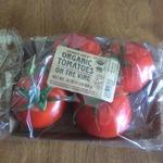 Organic_tomatoes_on_the_vine