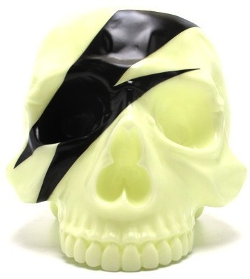 Skull_head_-_pop_skull_white-artoyz-skull_head-secret_base-trampt-54029m