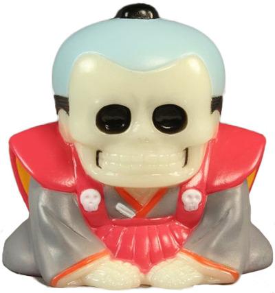 Honesuke_-_glow_w_red__grey_robes-realxhead_mori_katsura_skulltoys-honesuke-realxhead-trampt-70420m