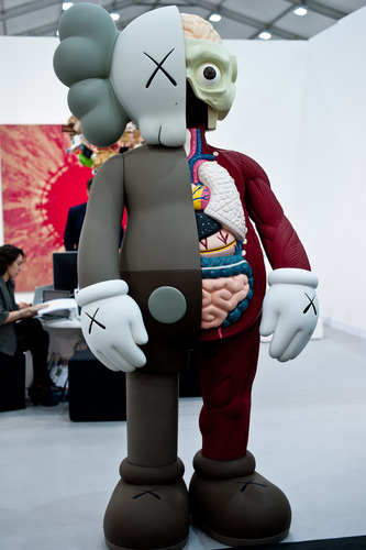 Brown_dissected_companion_-_8ft-kaws-companion-trampt-109624m