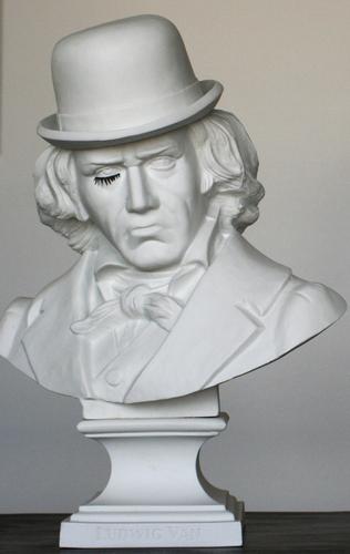 Ludwig_van_beethoven_-_porcelain_-_1st_version-frank_kozik-ludwig_van_bust-kolin_tribu-trampt-113717m