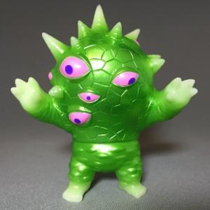 Phosphorescent_miniaizon_green__one-up_exclusive_-mark_nagata-mini_eyezon-max_toy_company-trampt-223209m