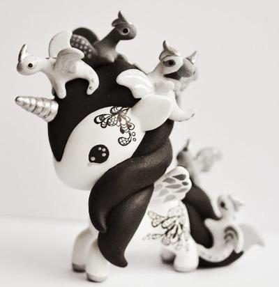 Tokidoki_unicorno_art_toy_-_dragons-mijbil_creatures_mijbil_teko_silvia_minucelli-unicorno-trampt-230010m