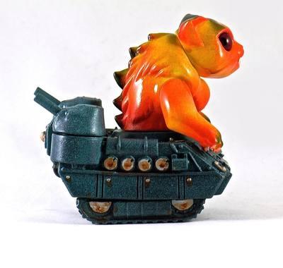 Nyagira_tanks_-_orange-plaseebo_bob_conge-kaiju_tank-trampt-233337m