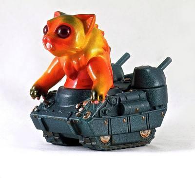 Nyagira_tanks_-_orange-plaseebo_bob_conge-kaiju_tank-trampt-233338m