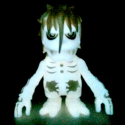 Skull_vampire_white_glow_in_the_dark_version-balzac-skull_vampire-secret_base-trampt-237149m