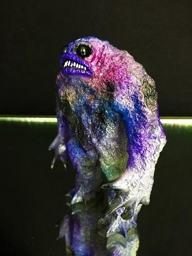 Glow_in_the_dark_kaiju_rhaal_multi_metallic_spray-gorgoloid_barry_allen-rhaal-gorgoloid-trampt-256714m