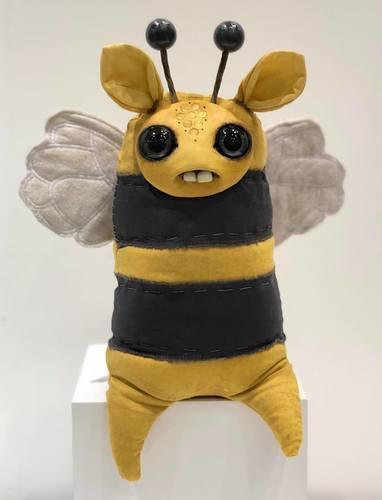 Sweet_bee-amanda_louise_spayd-dust_bunnies-trampt-291249m