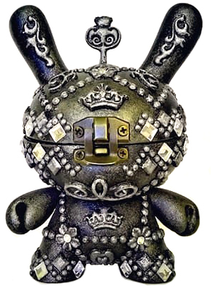Antique_ornamented_jewelry_coffer_dunny-fm_studio_fer_mg-dunny-trampt-298172m