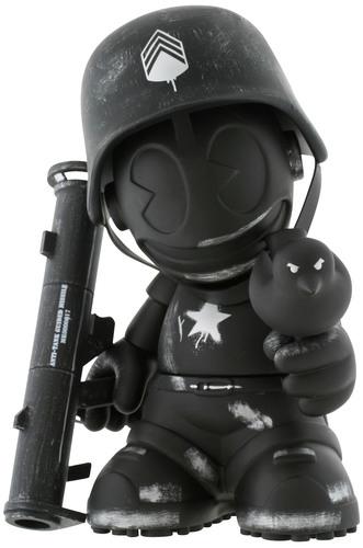 Sgt_robot_army_black_-_kidrobot_17-dave_white-kidrobot_mascot-kidrobot-trampt-299716m