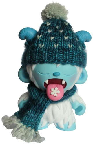 Catching_snowflakes-beanie_bat-munny-trampt-316123m