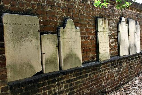 800px-east_wall_in_colonial_cemetery_newin_savannah__georgia