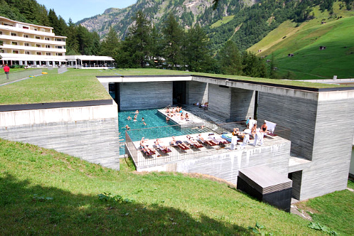 800px-therme_vals_outdoor_pool__vals__graub_nden__switzerland_-_20090809