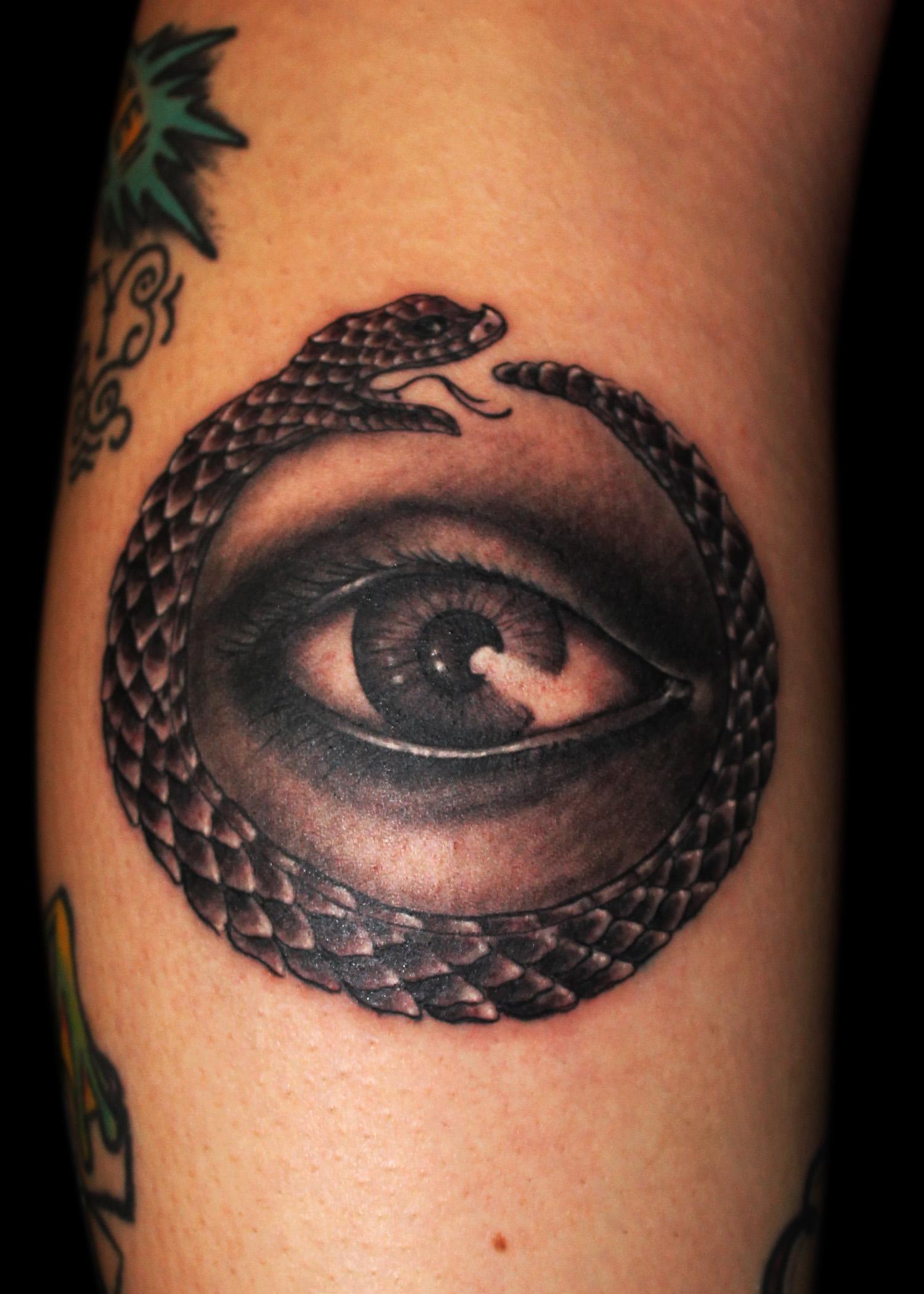 Змея кусающая себя за хвост тату фото