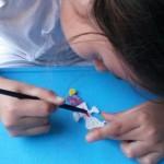 Niña pintando su dibujo impreso en 3D