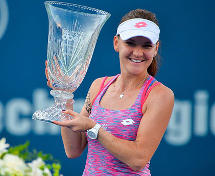 Radwanska---with-CT-Open-trophy---421-x-345