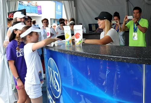 Maria Sharapova Signing Autographs