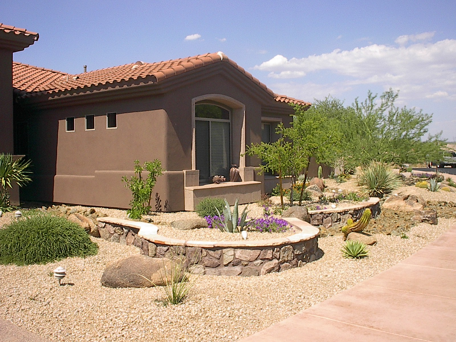 Life short front yard landscaping ideas for colonial home for Desert landscape