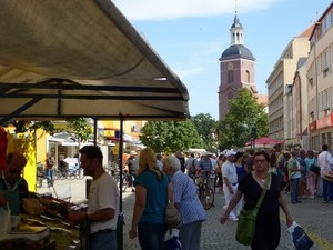 %c2%a9 bernd loos berlin spandau wochenmarkt hinten die st. nikolai kirche