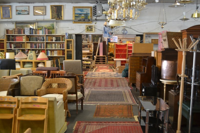 Den bl%c3%a5 hal antiques market 005