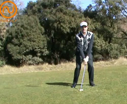Curso vídeo Golf online. Fundamentos del swing en lie de bajada